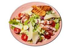 Salada com tomates de cereja, alface, ovos de codorniz fervidos, pão torrado, foto de stock