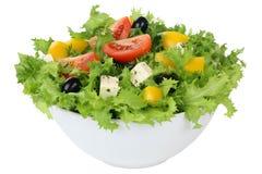 Salada com tomates, paprika e azeitonas na bacia isolada Foto de Stock Royalty Free
