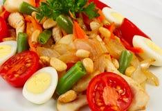A salada com vegetais e chiken imagens de stock