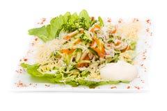 Salada com verdes sortidos, carne de porco fritada, cenouras Foto de Stock