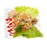 Salada com verdes sortidos, carne de porco fritada, cenouras Imagem de Stock Royalty Free