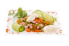 Salada com verdes sortidos, carne de porco fritada, cenouras, pão torrado, queijo parmesão, e cogumelos Imagem de Stock