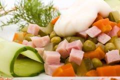 Salada com verdes sortidos, carne de porco fritada, cenouras, pão torrado, queijo parmesão, e cogumelos Fotografia de Stock
