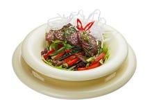 Salada com vitela e os vegetais postos de conserva Culin?ria asi?tica foto de stock royalty free