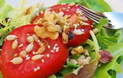 Salada cortada do tomate e da noz Imagens de Stock Royalty Free