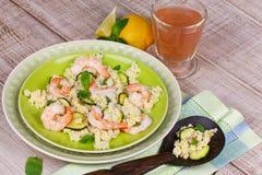 Salada cous de Cous com camarões, abobrinha e hortelã imagens de stock royalty free