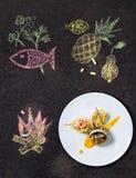 Salada cozida de Salmon With Herbs e da pera fotografia de stock