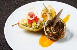 Salada cozida de Salmon With Herbs e da pera fotos de stock royalty free
