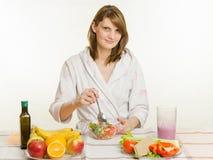 Salada cozinhada agitações do vegetal do vegetariano da moça Fotos de Stock Royalty Free