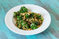 Salada crua de Superfood da couve e do Quinoa de Paleo fotografia de stock