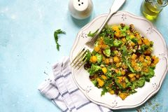 Salada da abóbora de outono com brócolis, o arando secado, a noz e a AR Foto de Stock
