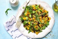 Salada da abóbora de outono com brócolis, o arando secado, a noz e a AR Foto de Stock Royalty Free