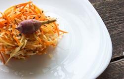 Salada da alcachofra e das cenouras dieta de alimento crua Fotografia de Stock Royalty Free