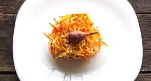 Salada da alcachofra e das cenouras em um fundo de madeira Foto de Stock Royalty Free