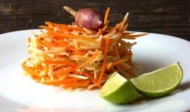 Salada da alcachofra e das cenouras em um fundo de madeira Imagens de Stock