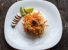 Salada da alcachofra e das cenouras em um fundo de madeira dieta de alimento crua Foto de Stock