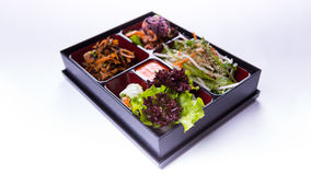 Salada da caixa de Bento da alface, da couve e do kimchi no backgrou branco Fotos de Stock