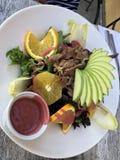 Salada da carne com fatias da maçã imagem de stock