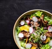 Salada da carne com rabanete, pêssego e os vegetais verdes imagem de stock
