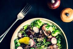 Salada da carne com rabanete, pêssego e os vegetais verdes fotografia de stock royalty free
