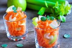 Salada da cenoura com maçã e aipo verdes Foto de Stock