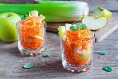 Salada da cenoura com maçã e aipo verdes Foto de Stock Royalty Free
