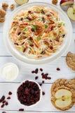 Salada da salada de repolho em uma placa branca Fotos de Stock