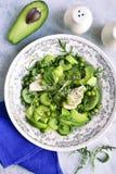 Salada da desintoxicação da mola dos vegetais verdes abacate, aipo, arugu Fotos de Stock