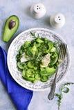 Salada da desintoxicação da mola dos vegetais verdes abacate, aipo, arugu Imagens de Stock
