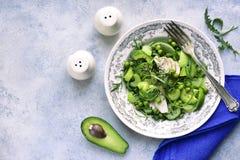 Salada da desintoxicação da mola dos vegetais verdes abacate, aipo, arugu Fotografia de Stock Royalty Free