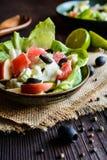 Salada da erva-doce com toranja, maçã, aipo da haste e azeitonas Imagem de Stock Royalty Free