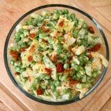 Salada da ervilha com Vinaigrette e bacon da framboesa Fotografia de Stock Royalty Free