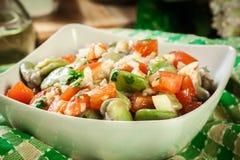 Salada da fava com tomates, cebola e azeitona fotos de stock