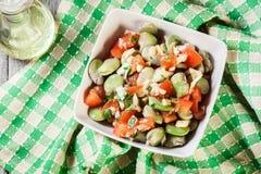 Salada da fava com tomates, cebola e azeitona imagens de stock
