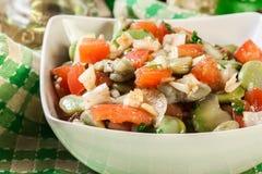 Salada da fava com tomates, cebola e azeitona imagens de stock royalty free