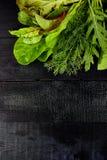 Salada da folha da mistura na tabela preta imagem de stock
