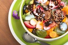 Salada da fruta com Yogurt, xarope de chocolate e Cerea Foto de Stock