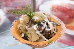 Salada da galinha, do cogumelo e do abacaxi com maionese em uma placa pequena da massa imagens de stock royalty free