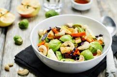 Salada da maçã do caju com xarope de bordo, molho do azeite Fotografia de Stock