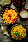 Salada da manga e do tomate com as lentilhas vermelhas com caril e datas Fotos de Stock