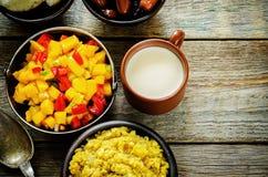 Salada da manga e do tomate com as lentilhas vermelhas com caril e datas Foto de Stock Royalty Free