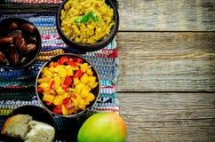 Salada da manga e do tomate com as lentilhas vermelhas com caril e datas Fotografia de Stock Royalty Free