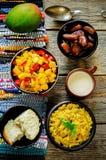 Salada da manga e do tomate com as lentilhas vermelhas com caril e datas Imagem de Stock