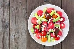 Salada da melancia, do abacate e do tomate com queijo de feta, acima da vista na madeira Fotos de Stock Royalty Free