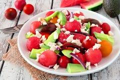 Salada da melancia, do abacate e do tomate com queijo de feta em uma placa branca Imagem de Stock