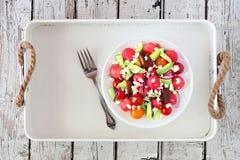Salada da melancia, do abacate e do tomate com queijo de feta na bandeja branca Foto de Stock