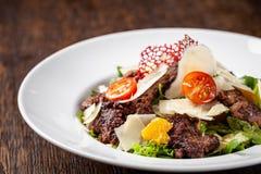 A salada da mistura de alface, de alface e de iceberg sae, com a carne dos tomates de cereja, a alaranjada e grelhado na grade S  imagens de stock