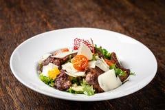 A salada da mistura de alface, de alface e de iceberg sae, com a carne dos tomates de cereja, a alaranjada e grelhado na grade S  fotografia de stock royalty free