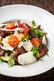 A salada da mistura de alface, de alface e de iceberg sae, com a carne dos tomates de cereja, a alaranjada e grelhado na grade S  foto de stock royalty free