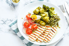 Salada da mola com queijo grelhado imagem de stock